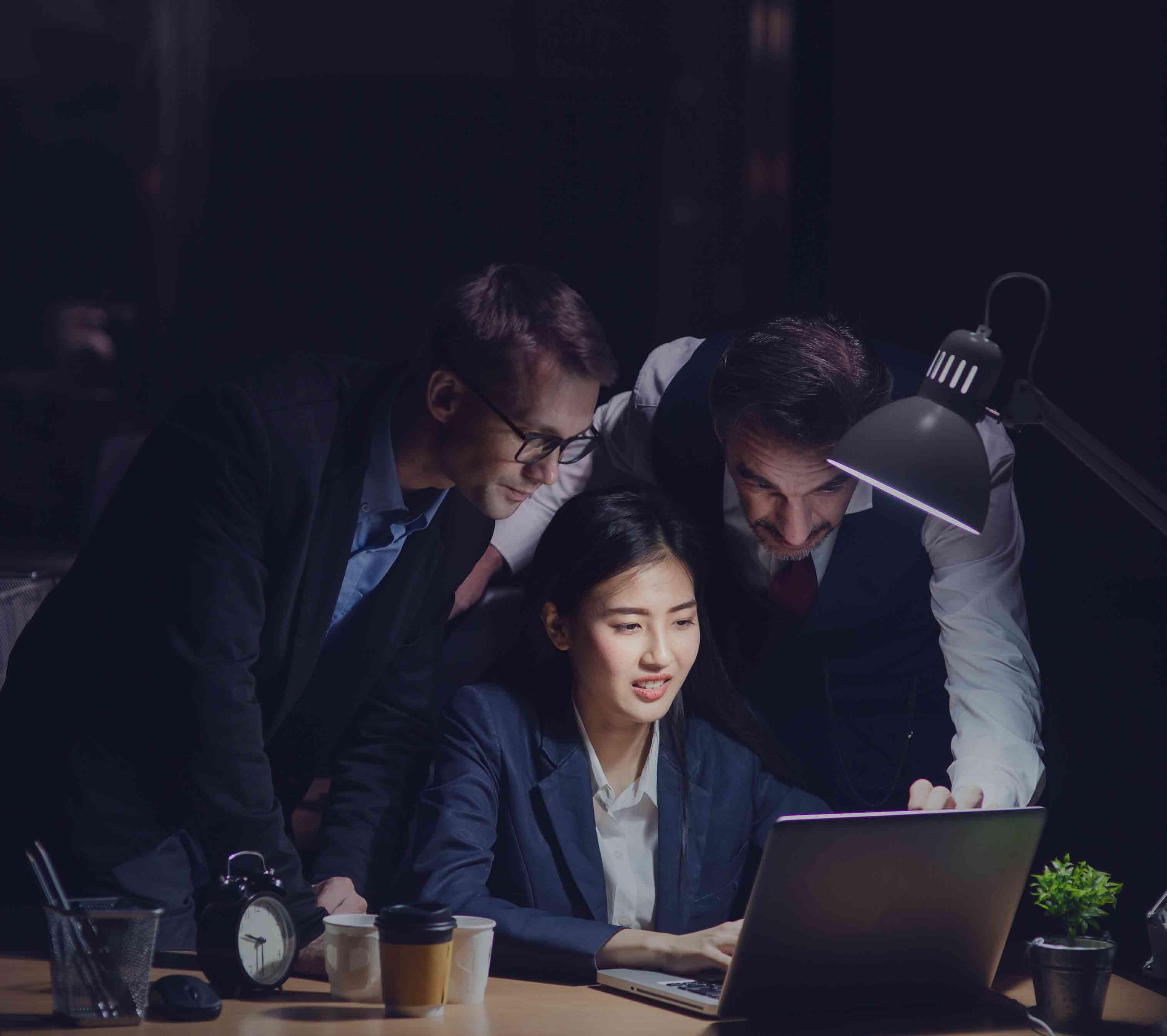 夜遅くオフィスで働くビジネスマン